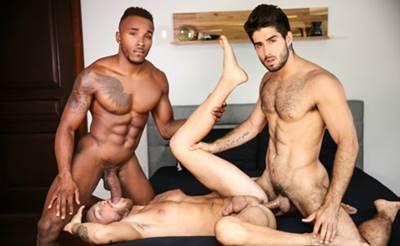 Gay Sendo Comido Por Dois Roludos Que Adoram Meter Gostoso